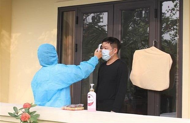 Nhân viên y tế sẽ tiến hành đo thân nhiệt, kiểm tra sức khỏe của từng khách trong quá trình cách ly tại khách sạn