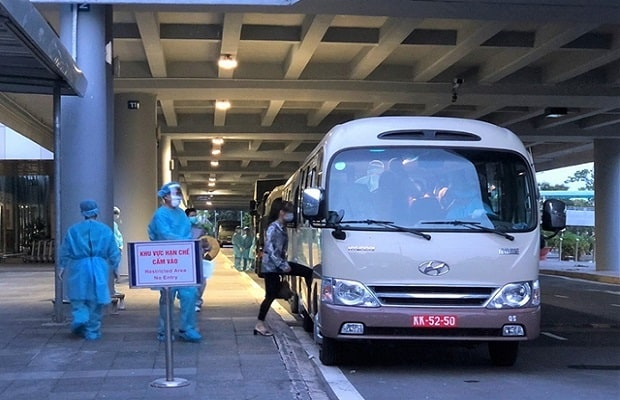 Sau khi làm xong thủ tục nhập cảnh và kiểm tra y tế tại sân bay, hành khách sẽ ngồi xe đưa đón về địa điểm cách ly